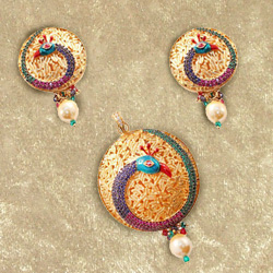Trendsetting Necklace Set in Mayur Design